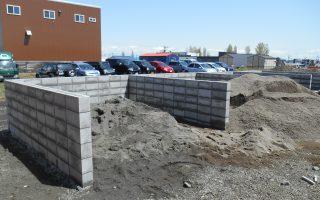 札幌市北区新琴似の弊社 社屋横に砂置き場を製作いたしました。 塀工事です。